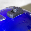 本機にはヘルメットに貼り付けられる形状のベースが付属している。