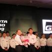 GT500の現役を退く脇阪に、トヨタの伊勢専務から花束が贈呈された。