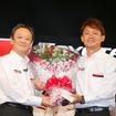 引退を発表し、トヨタの伊勢専務から花束を贈られた脇阪。
