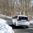 道路に雪はないものの、気温は低く凍結している箇所も。アウトランダーPHEVなら安心して走れる。