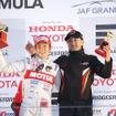 昨年の最終戦鈴鹿で第2レースを制し、ホンダ勢にシーズン1勝をもたらした山本尚貴(右はチーム無限の手塚監督)。