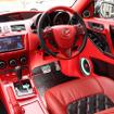 赤のレザーにブラックの振動板を持ったロックフォードT4のスピーカー群が映える。コクピットの作りも上質そのもの。