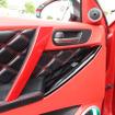 ドア上部のレザーには赤のダブルステッチが施される。赤のレザーとの対比も美しく、このクルマのインテリアデザインを決定付ける。