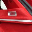 サイドウォールにはシルバーのフレームやグリルをビルトインして変化を付ける。赤の人工スエードとのコントラストが美しい。