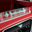 ラゲッジのオーディオボード上面にはメインユニットであるロックフォードと店名のロゴを加えたオーナメントが装備される。