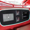 リアシートの背面にはこのようなカスタムインストレーションが施されている。カラーコーディネートも内装と統一されている。