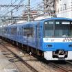 京急2100形の「KEIKYU BLUE SKY TRAIN」。写真は2015年まで青色塗装だった2157編成で、現在は2133編成が青い塗装をまとっている。