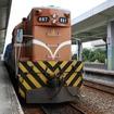 普快車をけん引する台湾鉄路のディーゼル機関車。京急のラッピング車では排障器(写真下)のデザインも施される。