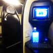 ウィラーエクスプレスの東京行き「コクーン」の車内。NHKニュースを見ながら、キーボードをたたく。この日は満席