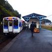 松浦鉄道は4月15日に運賃を改定する。写真は相浦駅に到着した松浦鉄道の列車。