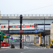 改定率は平均10%の値上げになる。写真は佐世保の中心街を走る松浦鉄道の列車。