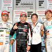 昨年の富士戦で優勝したオリベイラと星野一義監督。左端は2位の中嶋一貴、右端は3位の石浦宏明。
