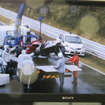 モニター映像に映し出された、塚越のマシン。ドライバーには大過なかったようで不幸中の幸いだった。