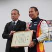 可夢偉の左は、兵庫県企画県民部交通安全室の難波室長。
