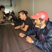 午後の走行が中止になり、急遽サイン会が実施された。可夢偉も僚友カーティケヤン(手前)らと参加。