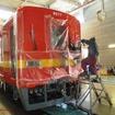 東武鉄道亀戸線で走り始めたリバイバルカラー8000系2両・8577編成。インターナショナルオレンジにミディアムイエローの帯を塗装中