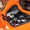 フロントにはシステム起動用のバッテリーとウォッシャータンクが備わる。