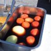 福神漬け代わりの軽くたまり漬けにした「ぶすっこトマト」トマトの甘みが際立つばかりか、カレーとの相性も良い。