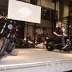 110キュービックインチ(1801cc)エンジンを搭載するローライダーS(左)とCVOプロストリート ブレイクアウト