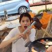 ツインリンクもてぎの女性ライダー会員制度「Moto Girls Livika(モトガールズリビカ)」4月1日発足。バーベキューを体験。大きな肉におどける落合さん。