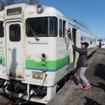 新十津川発の終列車となる5426Dでは、地元有志による運転士への花束贈呈も。