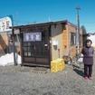 札沼線グッズを販売している新十津川駅前の飲食店「寺子屋」。町の活性化のため、2年ほど前に開店したという。