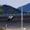 高速周回路バスツアーの横を220km/h超えで突っ走る、スバルドライビングアカデミートレーニング車(3月27日、栃木県佐野市・スバル研究実験センター)