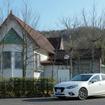 マツダ『アクセラスポーツXD』。岡山にある竹久夢二のアトリエ「少年山荘」レプリカ前にて