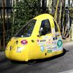 黄色のボディカラーは視認性を考慮した結果。前2・後1の3輪車で、ドアは右側だけに備わる。