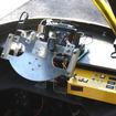 航空機風ハンドルの奥に、情報を送受信するタブレットを置き、右側にスイッチを集中させている。