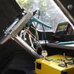 ハンドルの裏に生えたブルーのレバーがアクセル、奥に見えるシルバーのレバーがブレーキ。