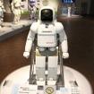 こちらは2000年12月発表の初代ASIMO。身長120cm、体重52kg。現行の新型ASIMOは、身長130cm、体重54kg