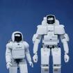 ホンダの人間型ロボット ASIMO(アシモ)10周年、写真となりはP3