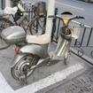 ペダルつきの電動バイク。バッテリーがあがったときのため、基本はペダルつき