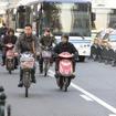 中国では、バイク・自転車用の走行帯が設けられていることが多い。バス停があるので、バスは入ってこれる