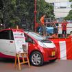 三菱は地域の夏祭り「芝まつり」でおこなわれた「ちびっこのど自慢大会」の機材用電源として、i-MiEVと給電装置を提供した(30日)