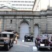 日銀前に集合した参加車。左は日産自動車保有のダットサン12型。右はダットサン・ロードスター。