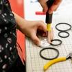 ラジオペンチやニッパー、ドライバーを使用して細かな作業に取り組む