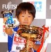ミニ四駆の全日本選手権が13年ぶり復活、ミニ四駆チャンピオンが決定した。(写真:ジュニアクラス優勝の舩橋葵士くん)