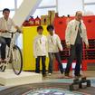 自転車を漕いで発電した電力でミニカーを動かす