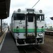 木古内駅で発車を待つ江差行き普通列車。