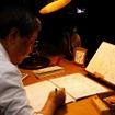 作家の夢枕獏さんは、会場内で原稿を生執筆。