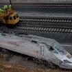 スペイン高速列車事故で大破した機関車