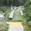 不通が続く気仙沼線の歌津駅ホーム。手前の道路は2012年12月から使用を開始した専用道で、駅の手前で側道と接続させ、一般道に乗り入れる。