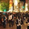 規制線が破られ、群衆が交差点になだれ込んだ(2013年1月1日・渋谷区渋谷駅前交差点)
