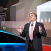 「FCVコンセプト」を2015年に発売することを発表するトヨタ・上級副社長ボブ・カーター氏