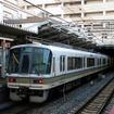 JR西日本は2月17~21日の朝ラッシュ時に3ドア車を集中運用する。写真は3ドア車の221系。