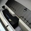 Digicore808iをプリウスPHVにインストールした。バックスキン調の仕上げを行ったボックスを制作し、美しくインストールされた