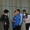 発表会の途中、安田やオリベイラ、本山らと談笑する近藤監督(左端)。