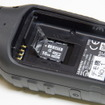 バッテリーを外すとMicroCDカードスロットがある。また、バッテリーを外せるということは、予備バッテリーを携行できることを意味する。